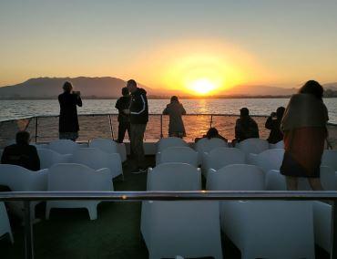 puesta de sol catamaran malaga en barco