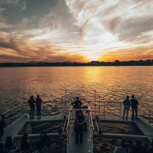 paseo-en-barco-catamaran-sunset-puesta-de-sol-cruise